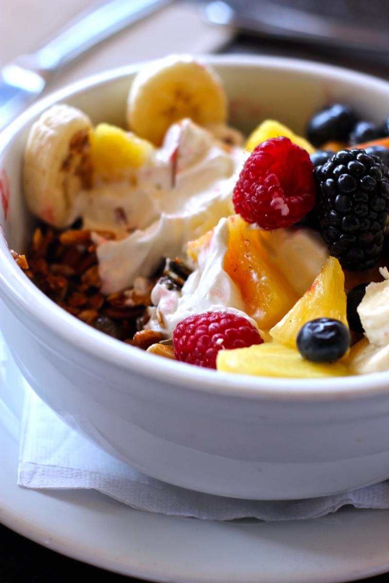 bol de yaourt fruits et céréales pour le petit-déjeûner (photo prise ici)