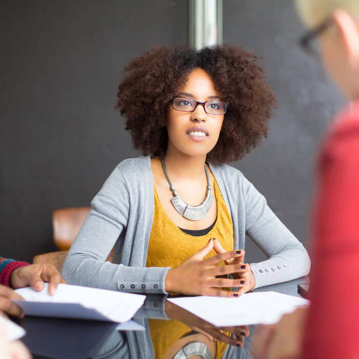 faire face au plafond de verre dans le monde du travail quand on est une femme noire / facing the glass ceiling as a black woman